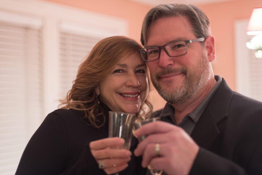 Glückliches Paar mit Weingläsern