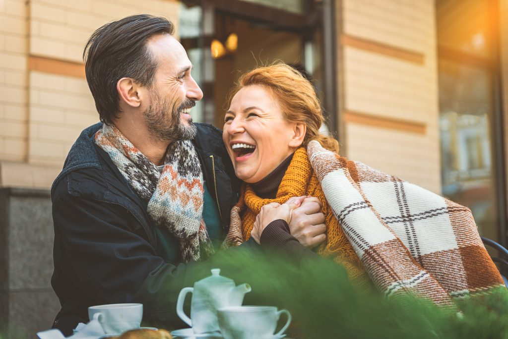 Paar mittleren Alters beim Dating