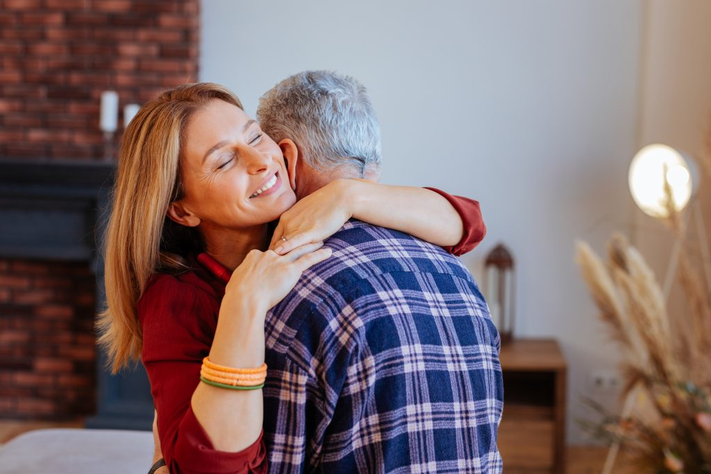 Mann umarmt Ex-Frau