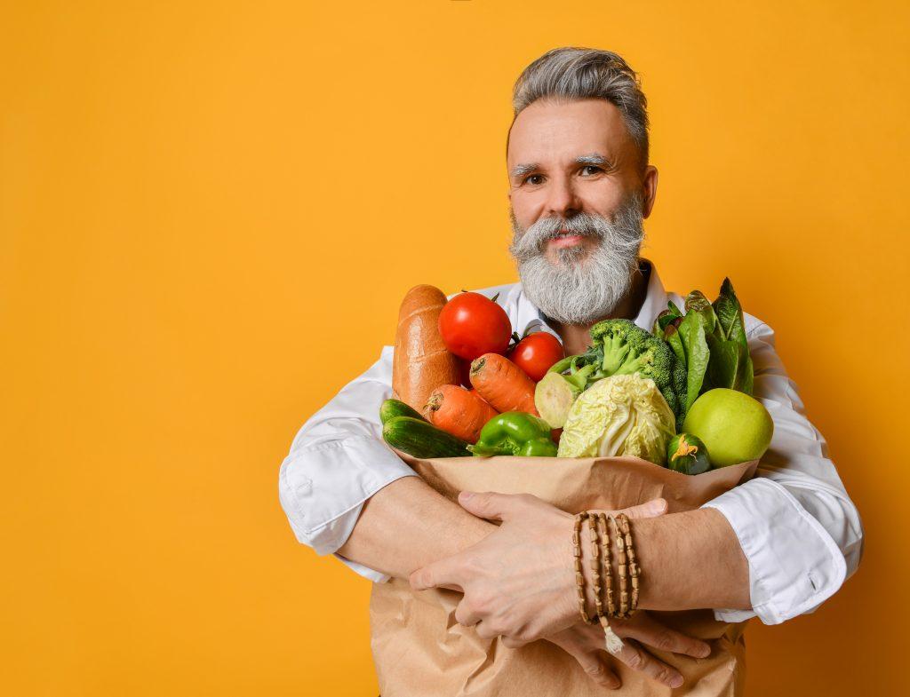 Cooler älterer Mann mit gesunden Lebensmitteln
