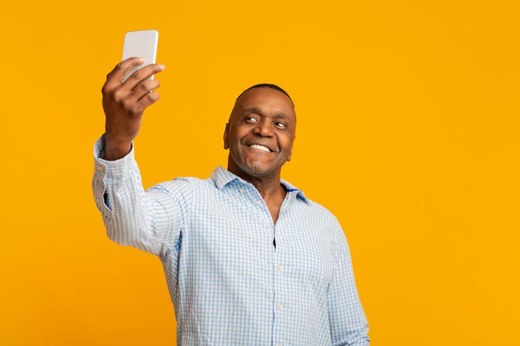 Schwarzer, attraktiver Mann macht ein Selfie