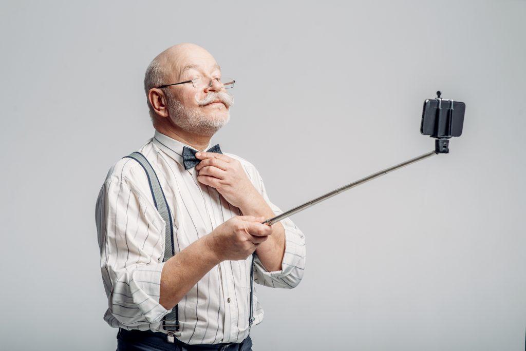 Mann macht Selfie mit Handy-Stick