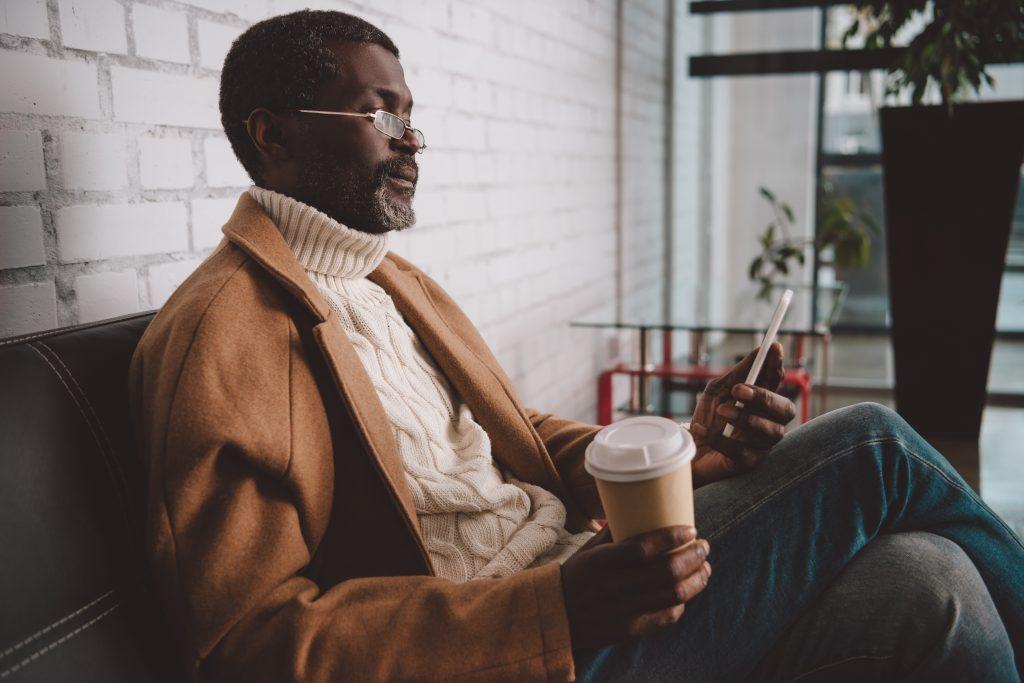 Attraktiver Mann Mitte 50 mit Smartphone