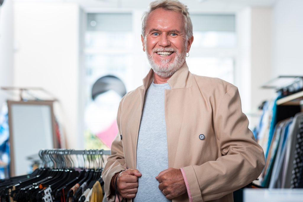 Single-Mann vor erstem Date im Herren-Bekleidungsgeschäft