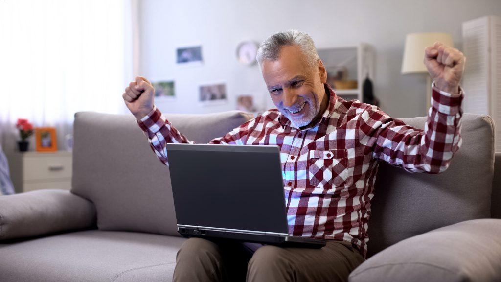 Älterer Mann beim Online Dating