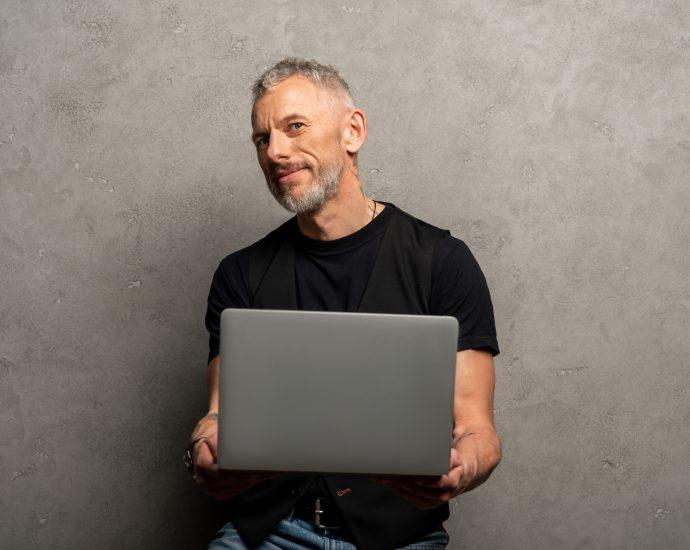 Mann beim Online Dating