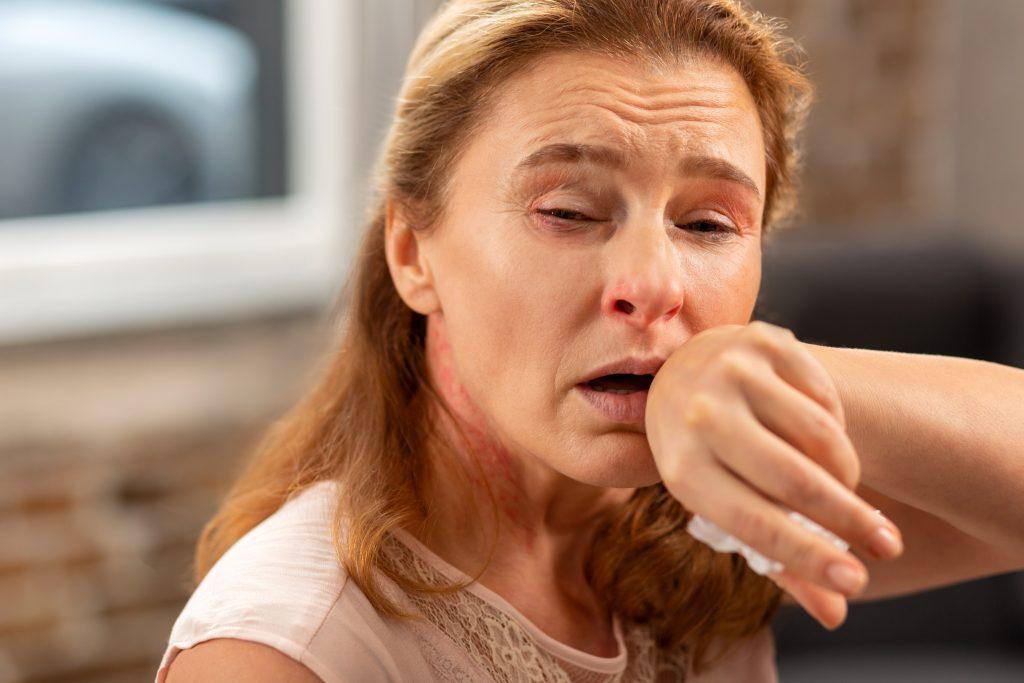 Frau 50Plus leidet unter Tierhaarallergie