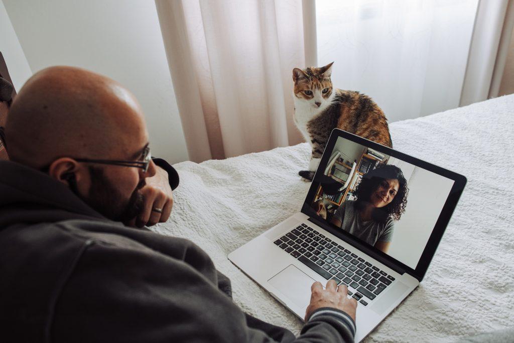 Mann chattet beim Video-Date