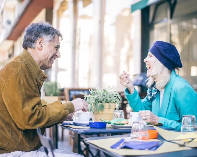 Seniorenpaar in Bar